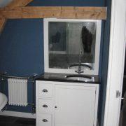 wasmeubel en radiator in oude stijl